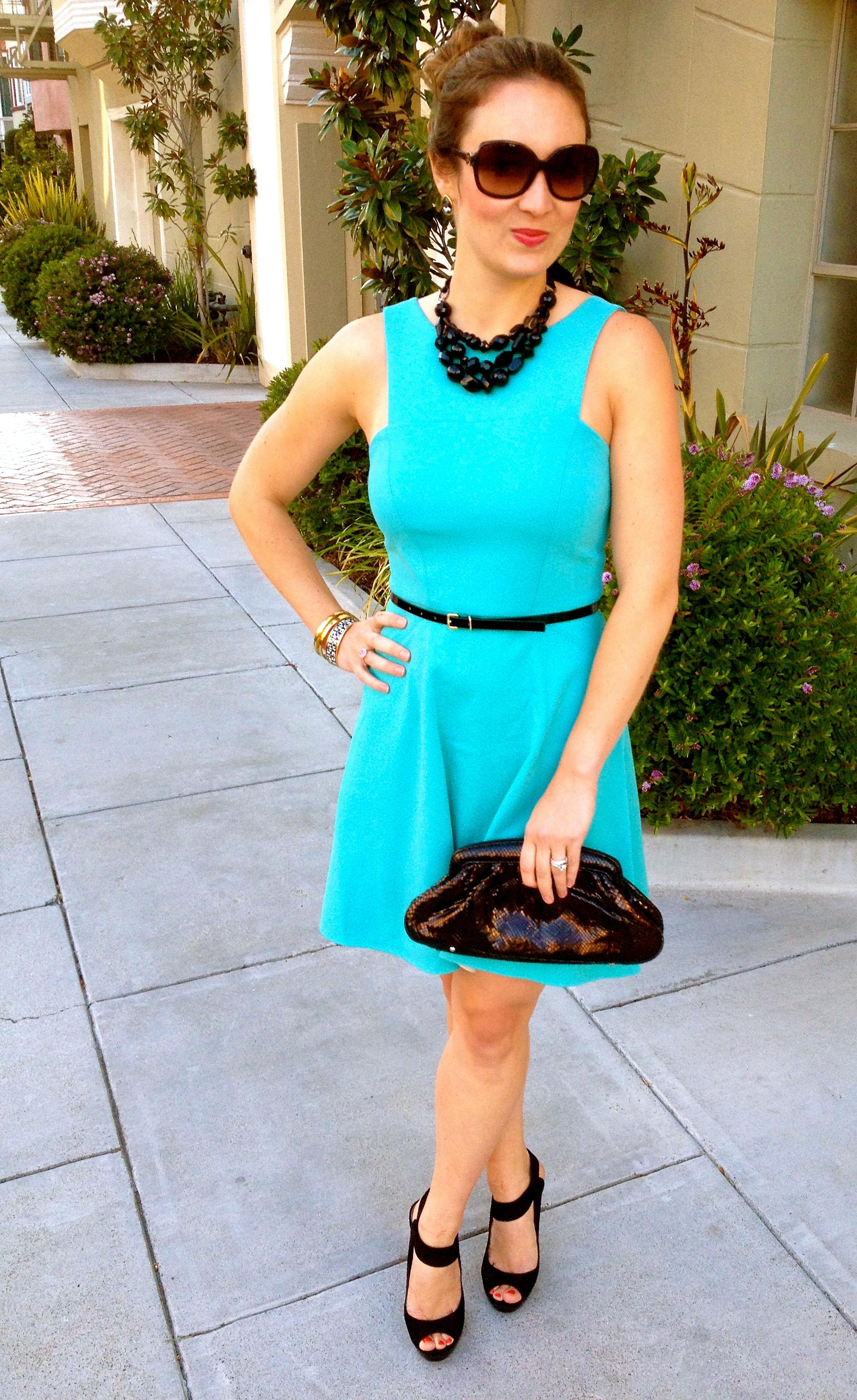 Бирюзовое платье с черными туфлями